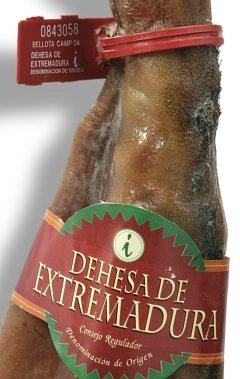 Red band and seal identifyng the Jamon de Bellota quality in the D.O. Dehesa de Extremadura